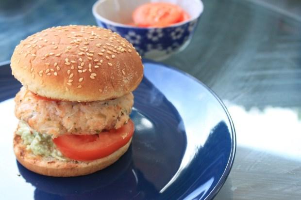 Zalmburger-recept-avocado-en-tomaat-van-de-Weber